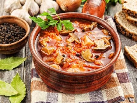 Гъбена супа с лук, морков, домати, ориз и магданоз - снимка на рецептата